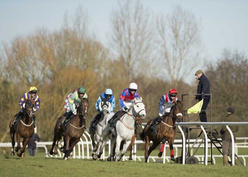 Razzle Dazzle 'Em leads the field in the 2m novice hurdle at Fakenham, 19/2/16